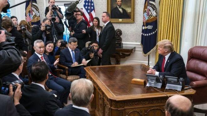 Tổng thống Donald Trump và Phó thủ tướng Trung Quốc Lưu Hạc trong buổi họp báo hôm thứ Năm (31/1)