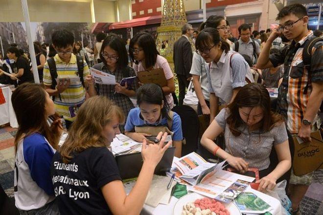 Học sinh tìm hiểu cơ hội du học trong một ngày hội du học Pháp tại Hà Nội.