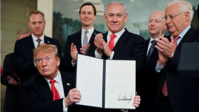 آقای ترامپ اعلامیه شناسایی حاکمیت اسرائیل بر بلندیهای جولان را در حضور بنیامین نتانیاهو، نخست وزیر اسرائیل امضا کرد