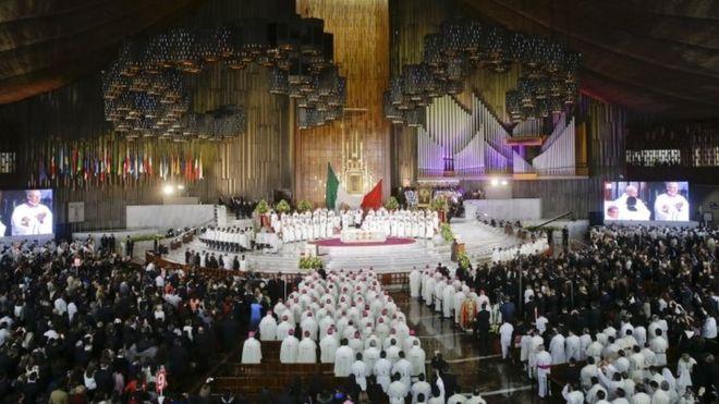 Люди посещают мессу, отмечаемую Папой Франциском в Базилике Девы Гуадалупе в Мехико (13 февраля 2016 г.)