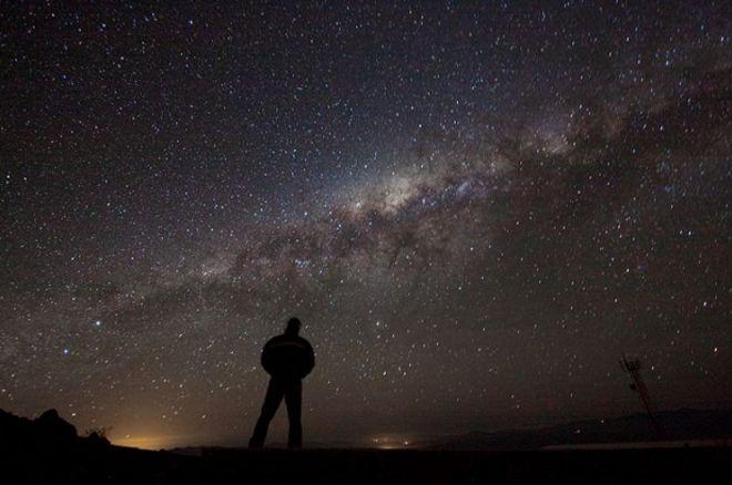 ท้องฟ้ายามราตรีเผยให้เห็นทางช้างเผือก ที่หอสังเกตการณ์ดาราศาสตร์ยุโรปประจำซีกโลกใต้ (ESO) ในประเทศชิลี
