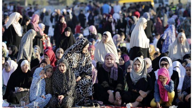 نساء يؤدين صلاة عيد الأضحى