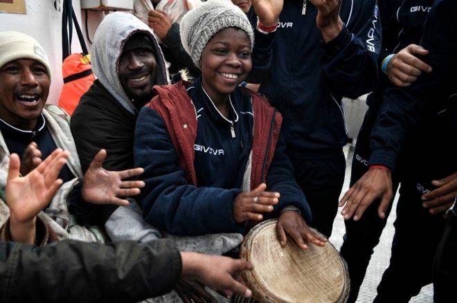 مهاجرون يقرعون طبول ويصفقون