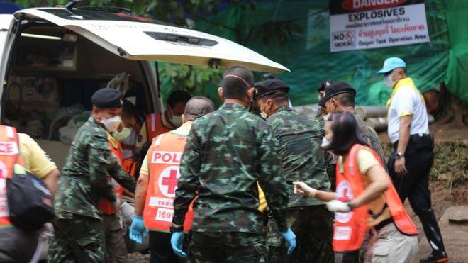 Equipes de resgatem atendem um dos meninos que estavam presos na caverna