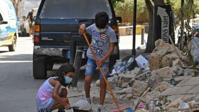 يساعدان في تنظيف حيّ الجميزة المتضرر من الانفجار