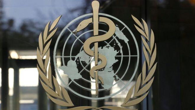 Эмблема ВОЗ на здании штаб-квартиры организации в Женеве