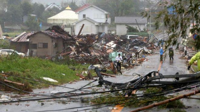قوة الرياح أدت إلى انهيار بيوت وسقوط أعمدة كهربائية في مقاطعة تشيبا شرقي طوكيو