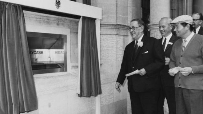 La primera transacción en un cajero automático, el 27 de junio de 1967. Imagen: GETTY IMAGES