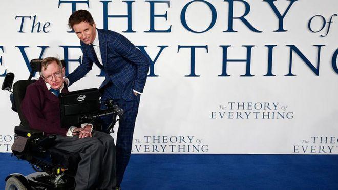 داستان زندگی او در سال ۲۰۱۴ به تصویر کشیده شد. در فیلم نظریه همه چیز، ادی ردمین در نقش هاوکینگ حاضر شد.