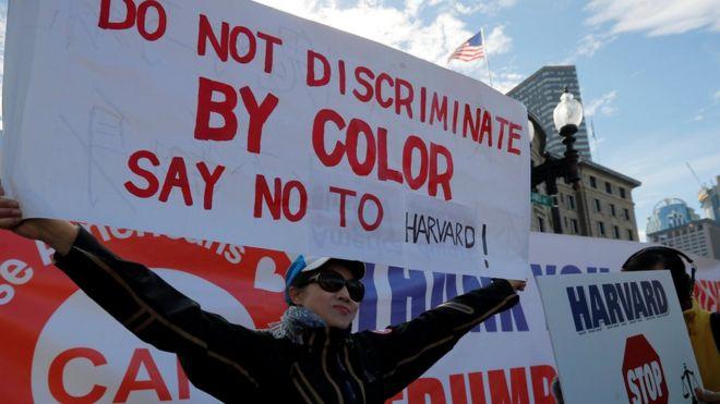 """10月14日,示威者在波士顿打出标语,挑战哈佛大学""""歧视亚裔""""的招生政策。"""