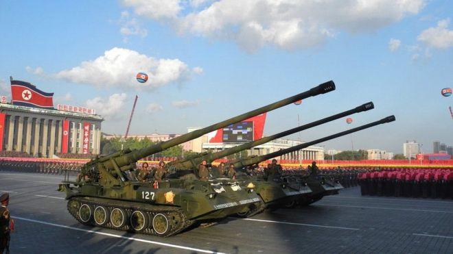 特朗普在新加坡當著金正恩的面調侃朝鮮的房地產開發潛力,大談把大炮變成大樓的問題(turning cannons into condos)。
