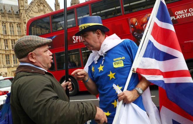 تشاجر المحتجون المؤيدون والمعارضون لخروج بريطانيا من الاتحاد الأوروبي خارج مبنى البرلمان في لندن.