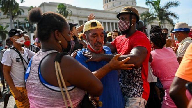 Hombre siendo arrestado durante las protestas del domingo 11 de julio en Cuba.