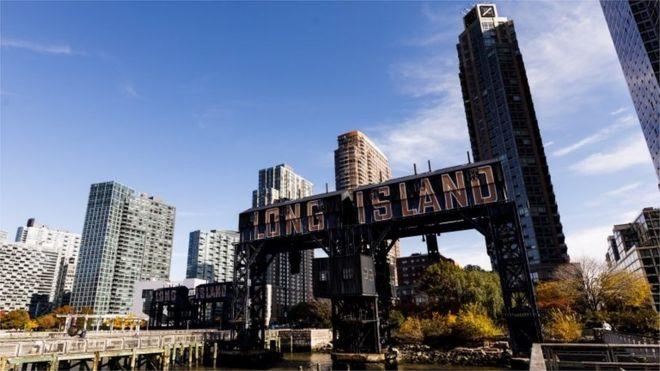 Взгляд знака в парке в городе Лонг-Айленд, Нью-Йорке, США, 8-ого ноября 2018.