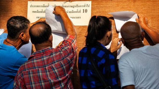 Eleitores tailandeses votam