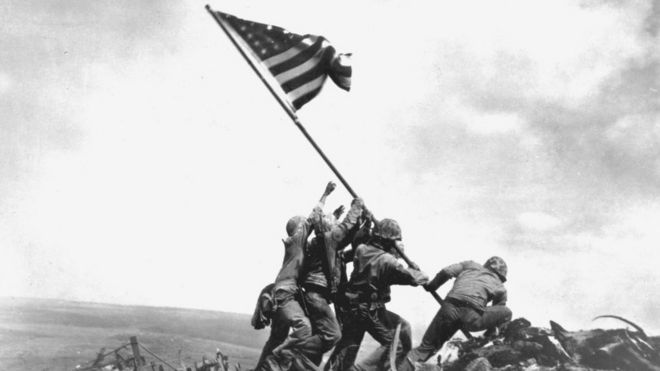 Soldados americanos em Iwo Jima, após uma das mais sangrentas batalhas da 2ª Guerra