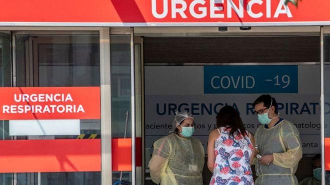 """Según expertos, hasta el momento el sistema sanitario chileno """"ha respondido""""."""