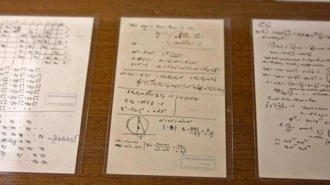 Uma ´serie de manuscritos de einstein dispostos em uma mesa