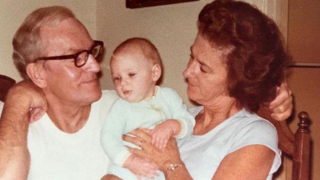 Автор этой статьи в детстве - с дедушкой и бабушкой. 1976 год