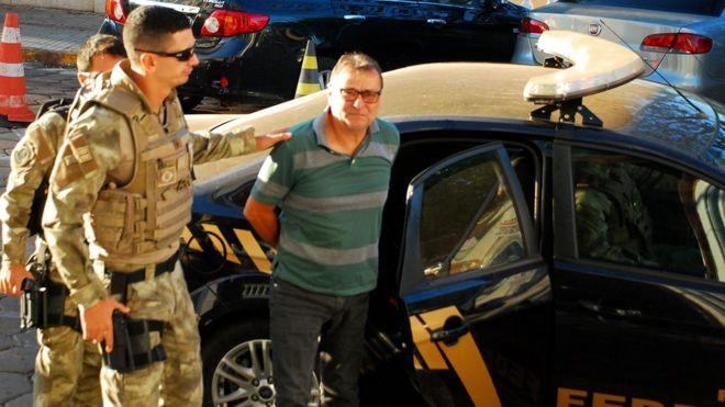 Foto de Cesare Battisti sendo preso