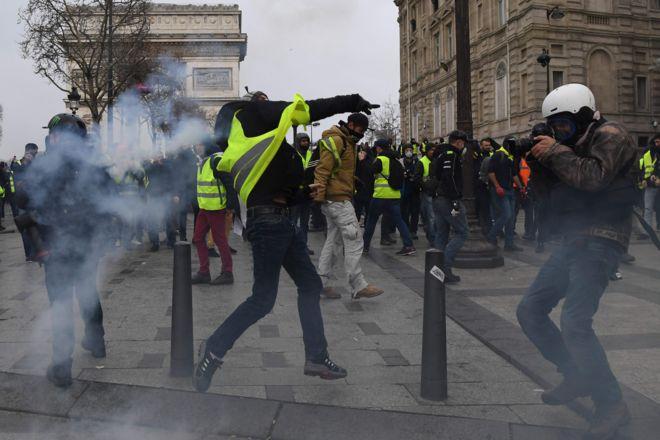 Во Франции продолжаются протесты: Столкновения, слезоточивый газ и более 1700 задержанных