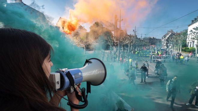 Uma manifestante faz um discurso no megafone durante em Estrasburgo, na França