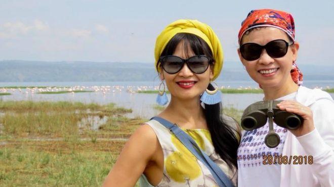 Huyền Maasai (trái) cùng một khách Việt Nam bên hồ Naivasha, Kenya