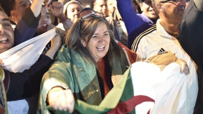 Les Algérois se réjouissent après que le président algérien Abdelaziz Bouteflika a informé le Conseil constitutionnel de sa démission.