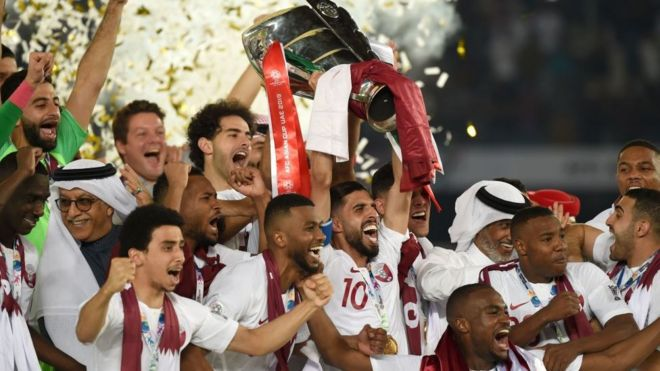 المنتخب القطري يحمل كأس آسيا على منصة التتويج
