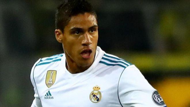 Manchester United inapanga kumsajili beki wa Real Madrid Raphael Varane, 24, kwa dau la £50m. (Mirror)