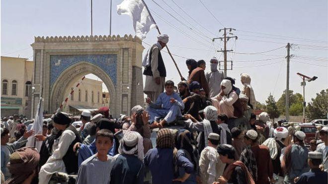مقاتلو طالبان يعتلون إحدى المركبات في أحد شوارع مدينة قندهار بعد سيطرتهم عليها.