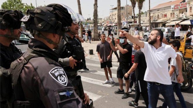 رجل فلسطيني يواجه شرطة الاحتلال في القدس 10 مايو/أيار 2021