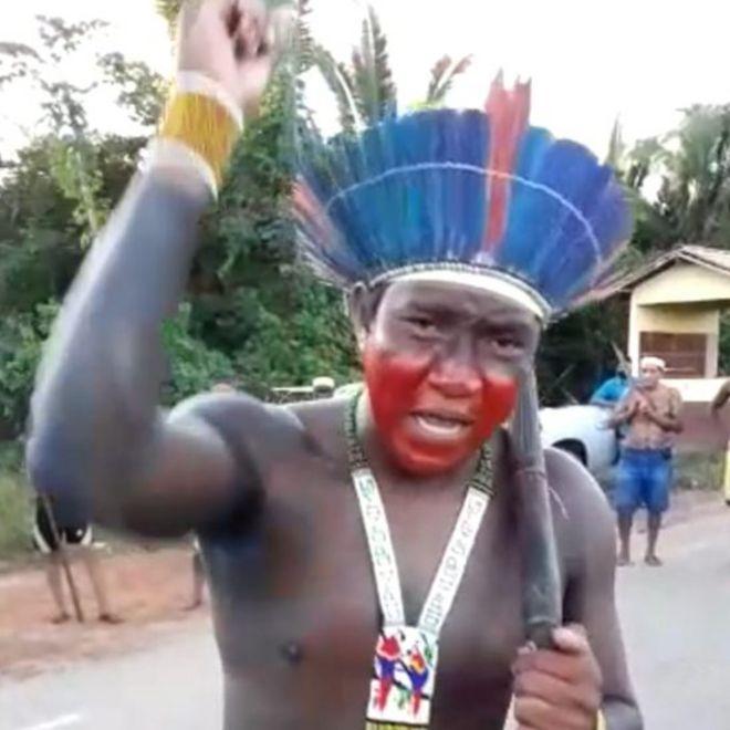Arukapé, da Aldeia Tukapehy, em protesto na BR-153