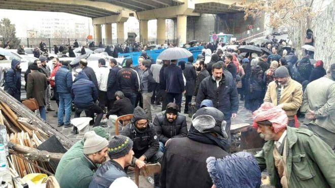 عکسی که سایت مجذوبان، متعلق به دراویش، از تجمع خانوادهها مقابل زندان اوین منتشر کرده است
