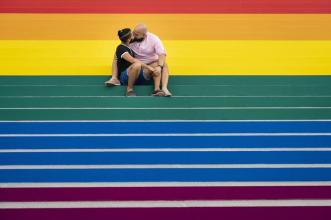 رجلان مثليان يقبلان بعضهما