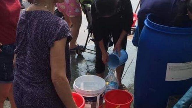 Nhiều người dân Hà Nội xách thùng đi lấy nước sạch trong nhiều ngày qua