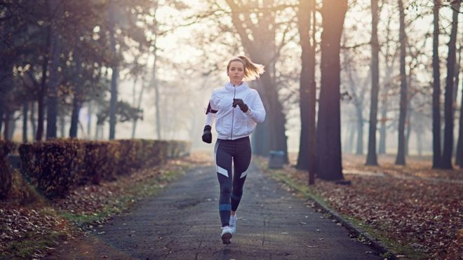 Imagem mostra mulher praticando corrida