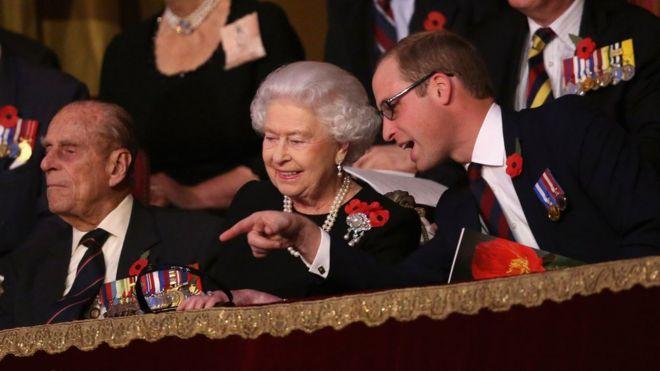 Nữ hoàng và Hoàng tế cùng Hoàng tử William dự Lễ hội Tưởng niệm Liệt sĩ thường niên ở Phòng hòa nhạc Royal Albert Hall năm 2015.