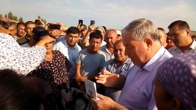 O'zbekiston: Bosh vazir Abdulla Aripov Xorazmda uyi buzilgan aholi bilan uchrashdi