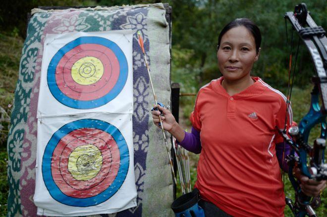 6a29b0f2 Dorji Dema: A female archer taking aim at sexism - BBC News