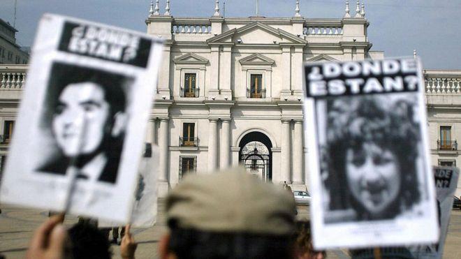 Manifestación por los desaparecidos durante el gobierno de Pinochet en Chile.