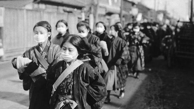دختران مدرسهرو ژاپنی در سال ۱۹۲۰ در حالی که ماسک بر صورت دارند