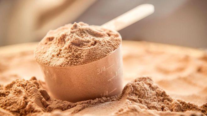 Многие потребляют продукты спортивного питания, например, протеиновые батончики и коктейли