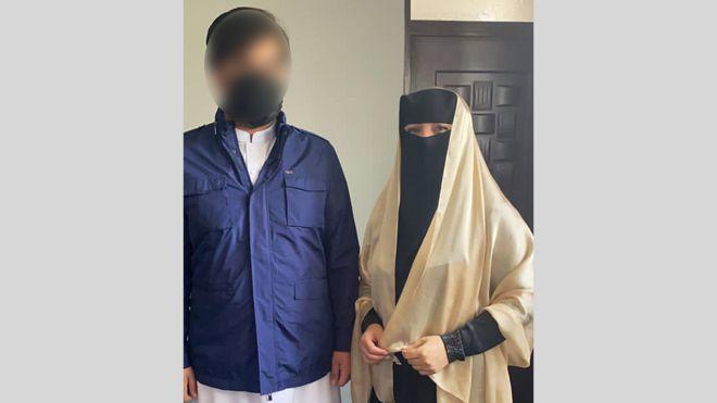 Shukria Barakzai y su esposo se cubrieron las caras antes de marchar al aeropuerto.