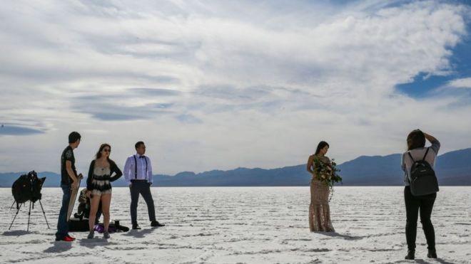 Personas se toman fotos en la cuenca de Badwater