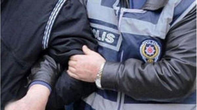 Polisin gözaltına aldığı bir kişi