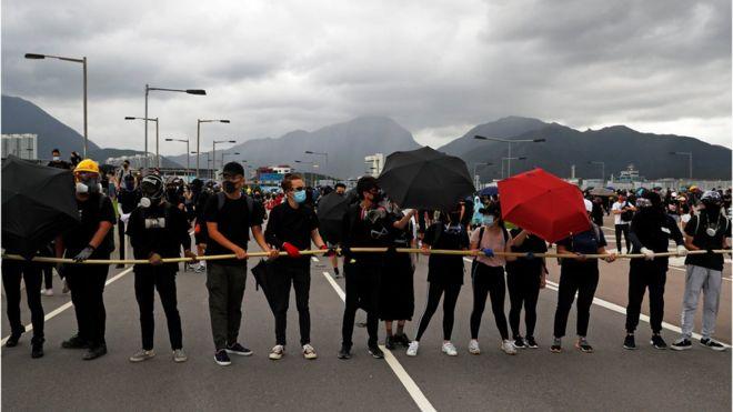 Người biểu tình Hong Kong chặn đường cao tốc đến sân bay Hong Kong