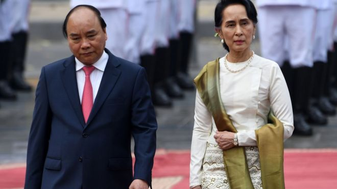 အတိုင်ပင်ခံကို ဗီယက်နမ်ဝန်ကြီးချုပ်က ဂုဏ်ပြုတပ်ဖွဲ့နဲ့ ကြိုဆိုခဲ့ပါတယ်။