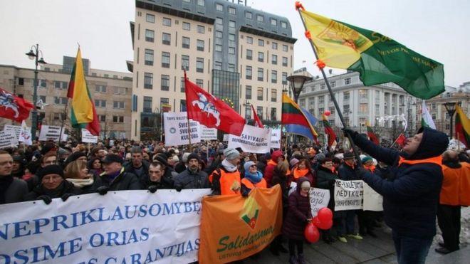 Школьные протесты в Литве: уроки отменены, учителя разбили лагерь в министерстве