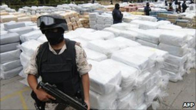 Сотрудники сил безопасности охраняют конфискованную марихуану в Тихуане, 18 октября 2010 года